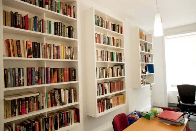 Libreria A Parete Bianca: Libreria a parete classica bianca soggiorno vetrina.