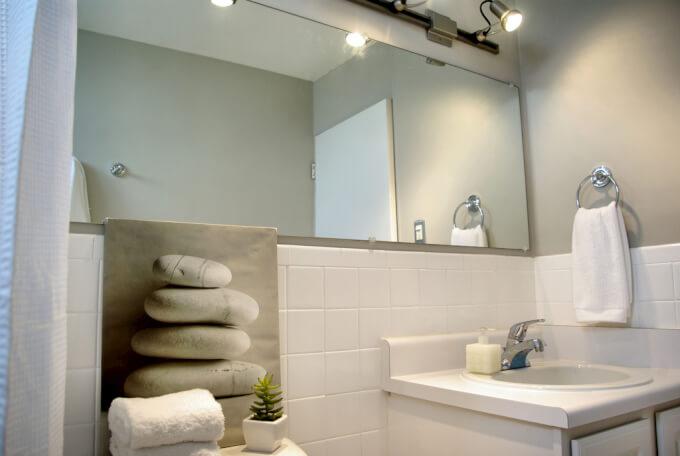 Specchi da bagno tra design e funzionalit homehome - Supporti per specchi a parete ...