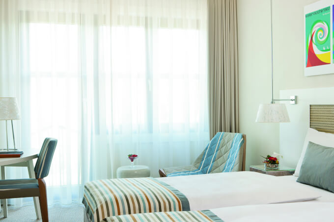 Tende moderne bianche soggiorno tende moderne per gli for Casa moderna tende